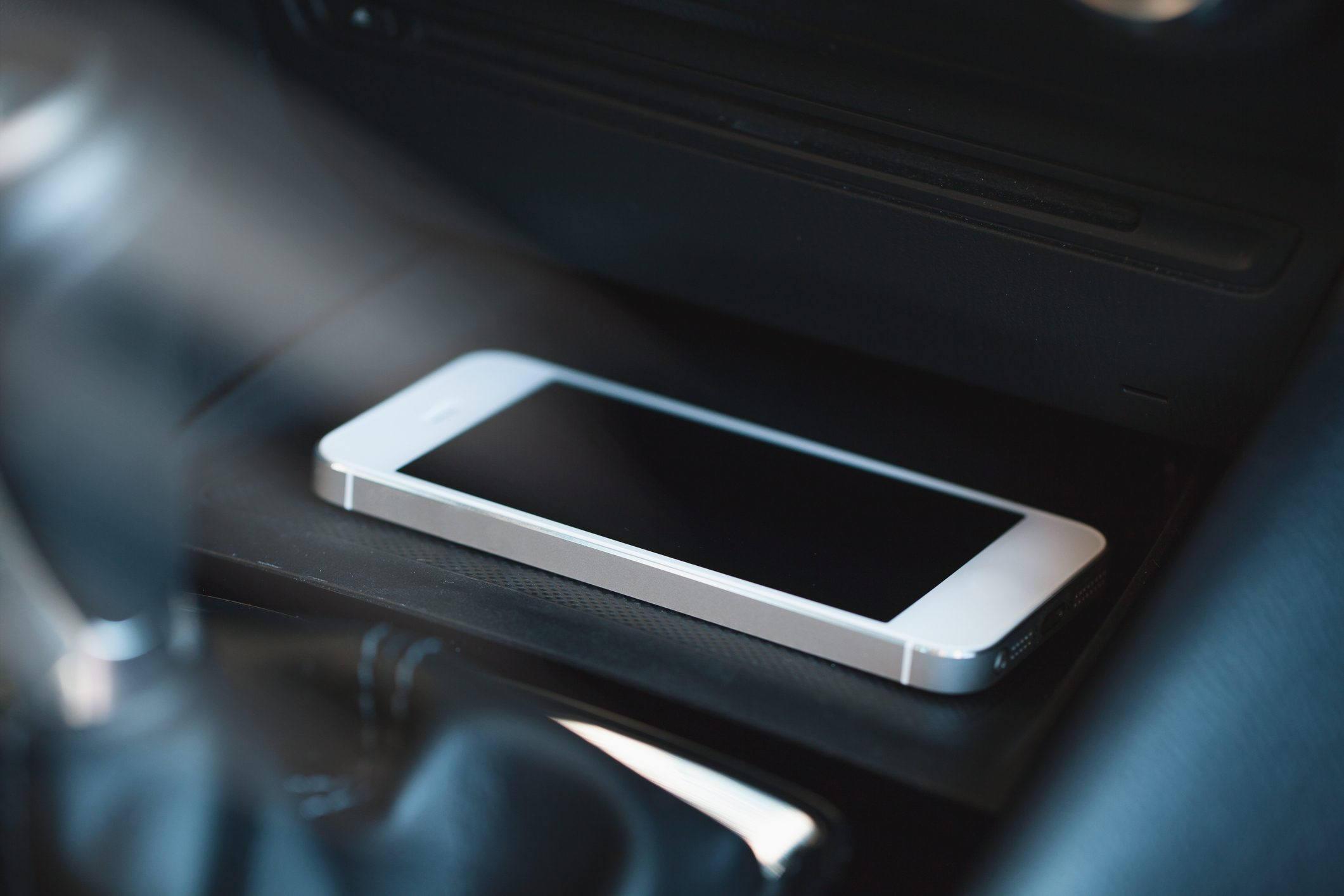 Smartphone charging wireless in car
