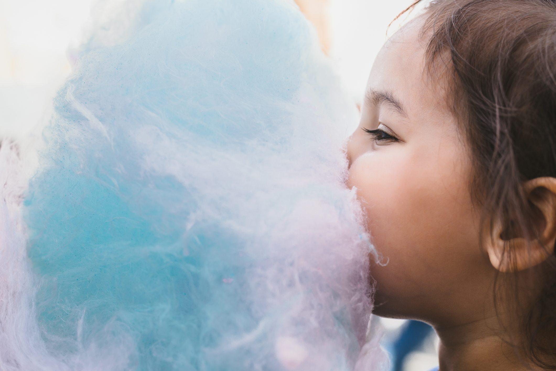 Zuckerwatte und Kind