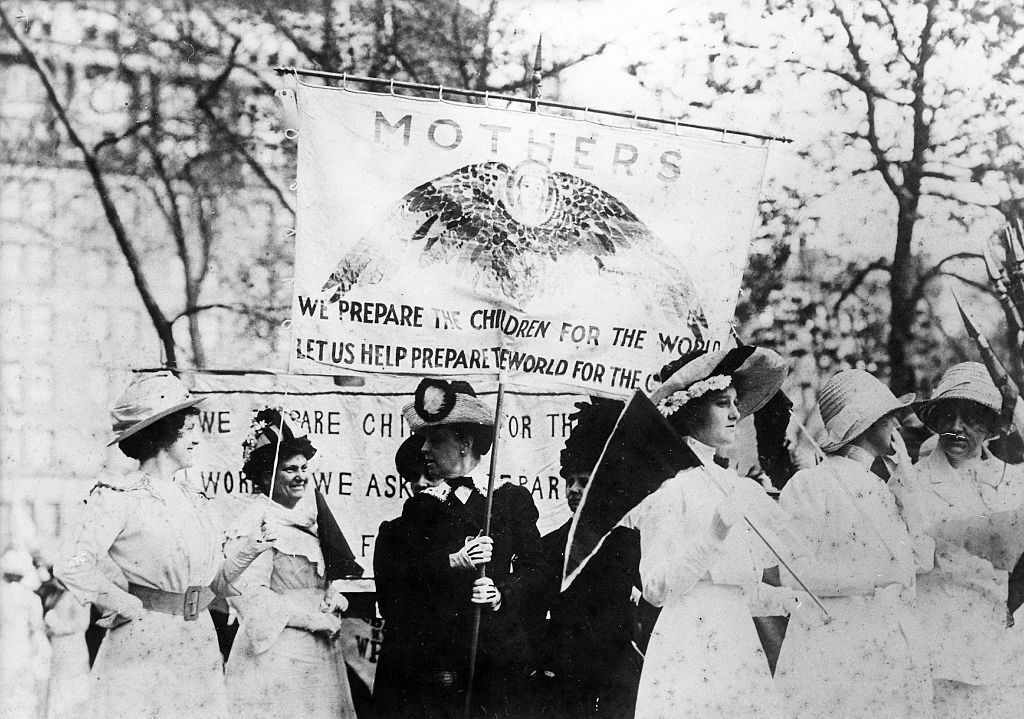 USA New York New York City: Women's rights activists demonstrating for women's suffrage on the 5th Avenue - 1901 - Vintage property of ullstein bild