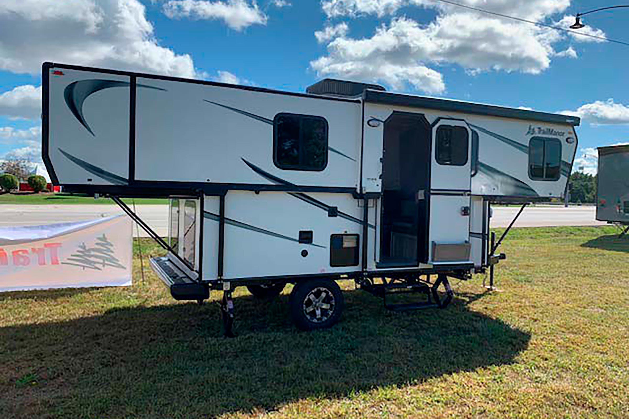 Folding travel trailer