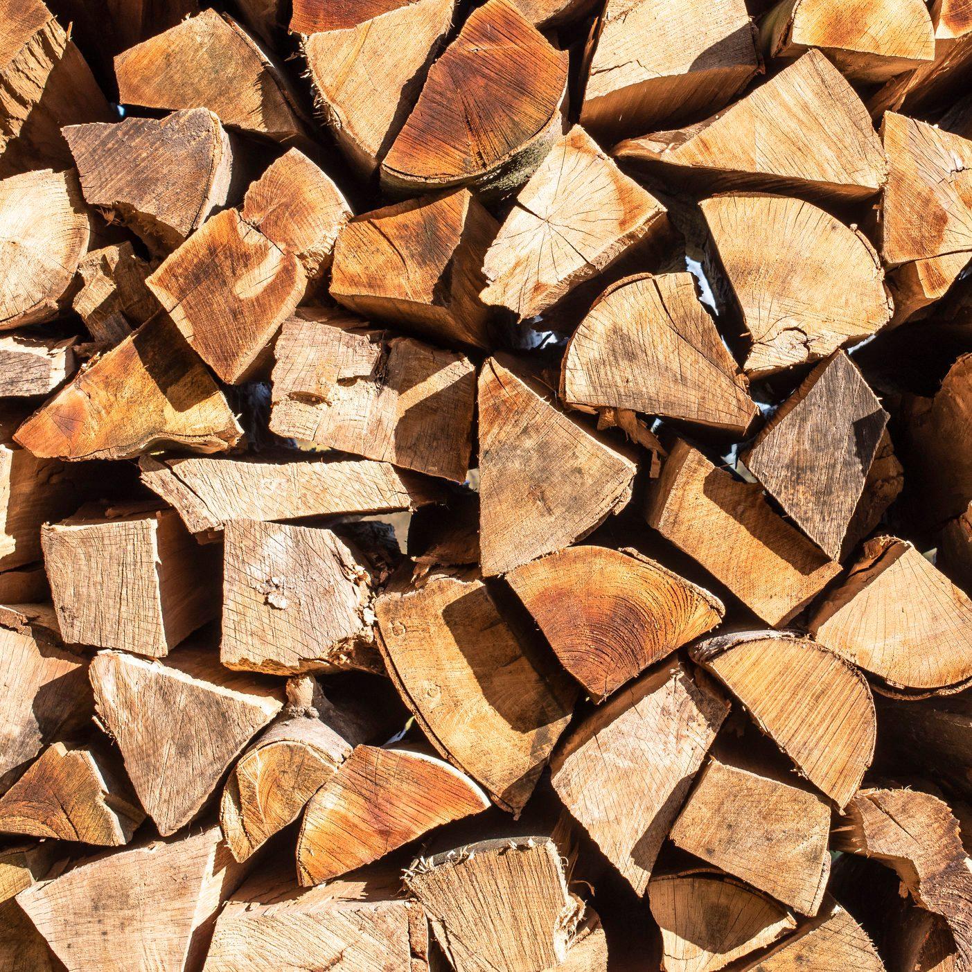 Gestapeltes Brennholz für den Winter