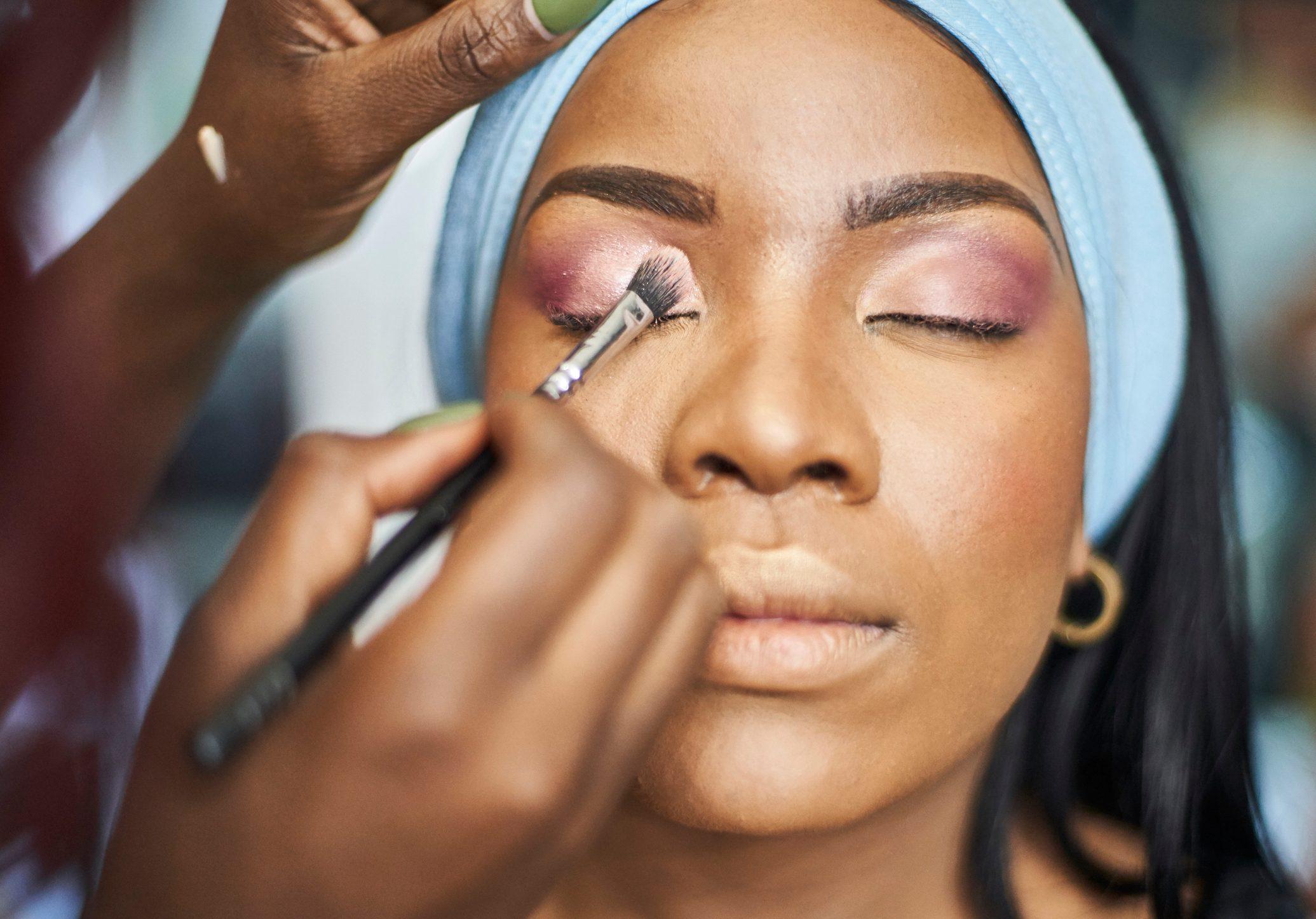 Visagiste applying makeup
