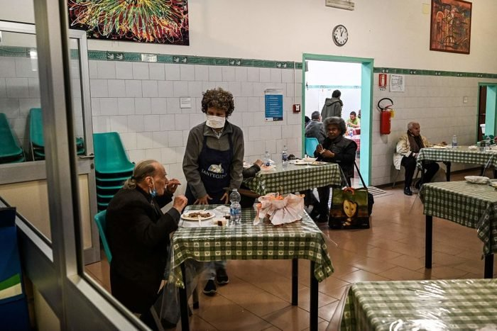 TOPSHOT-ITALY-HEALTH-VIRUS-SOCIAL-POVERTY-EASTER-SANT'EGIDIO