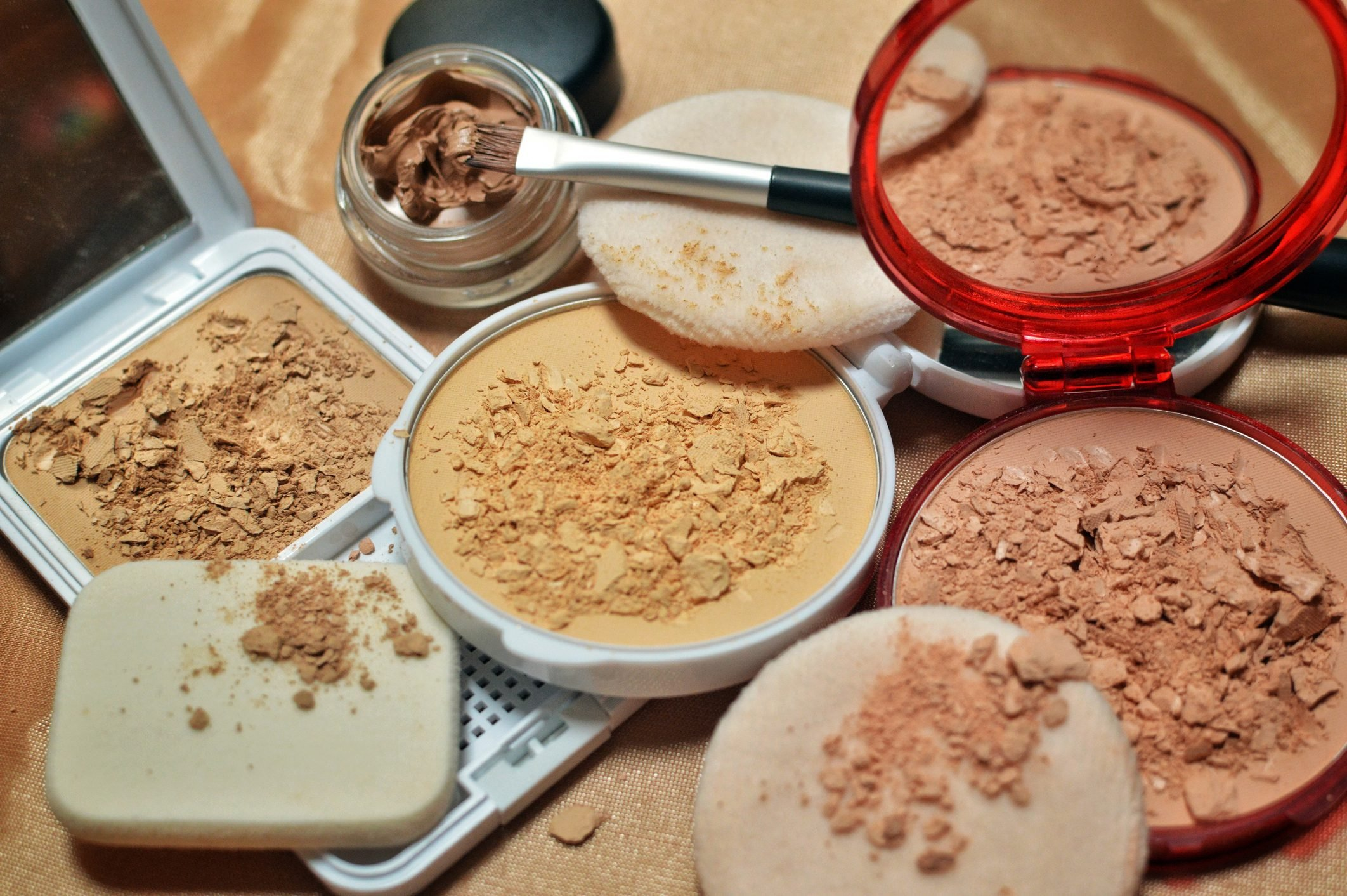Make-up: compact powder and concealer