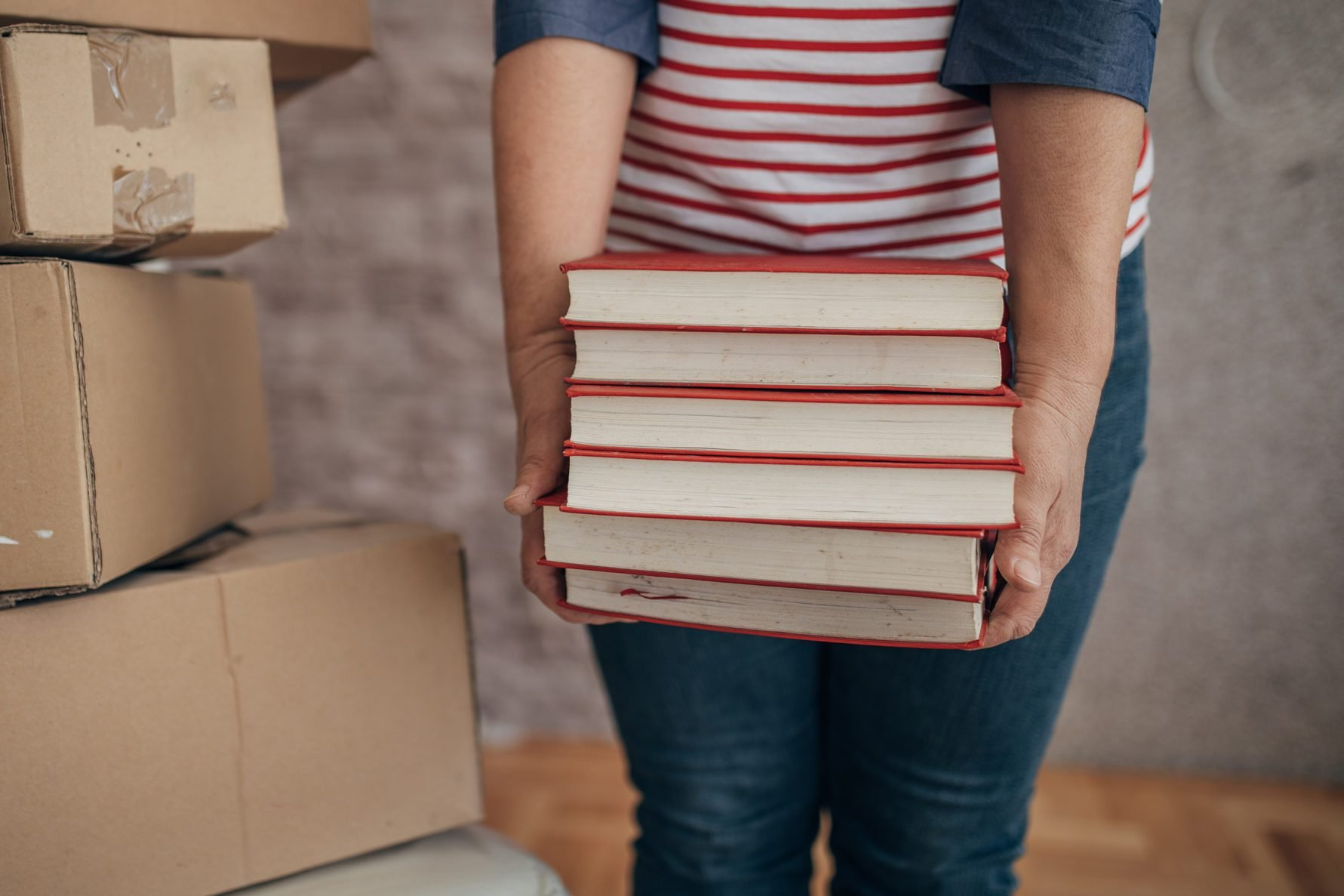 the woman moves into the apartment, carries her books