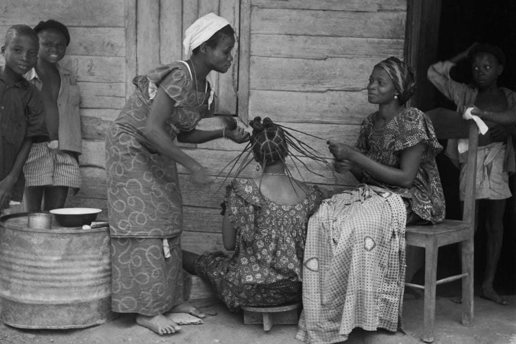 Femme Se Faisant Tresser Les Cheveux En Republique Du Congo