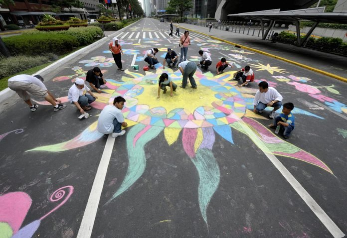 """Street painters depict colorful scenes of nature in Manila's Makati financial district on May 4, 2008 in a special city-wide """"Earth Day"""" celebration."""