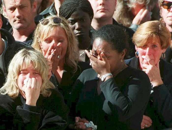 Spectators weep in the crowd along London's Whitehall 06 September during funeral ceremonies for Diana, Princess of Wales