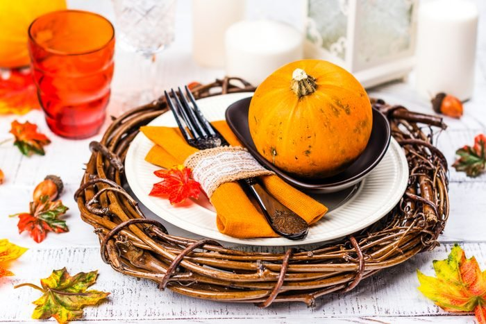 thanksgiving table setting with plate wreath