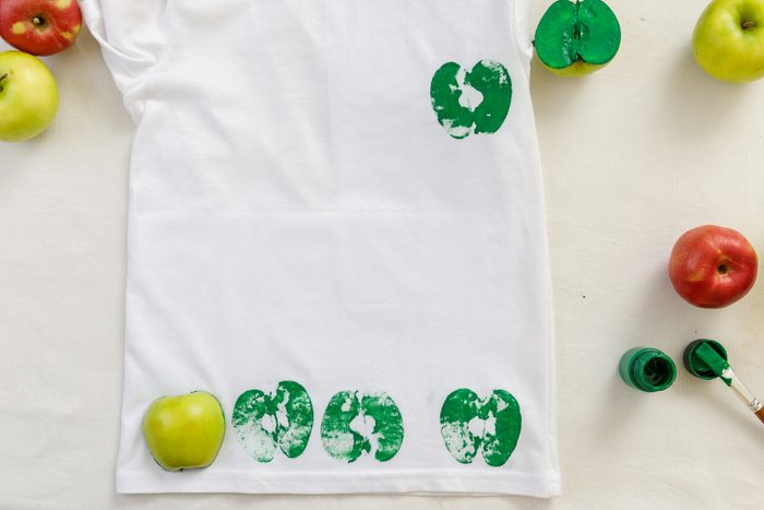 process of apple prints on clothes. step-by-step instruction