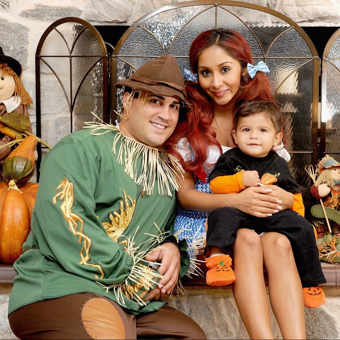 family dressed up as characters from the wizard of oz