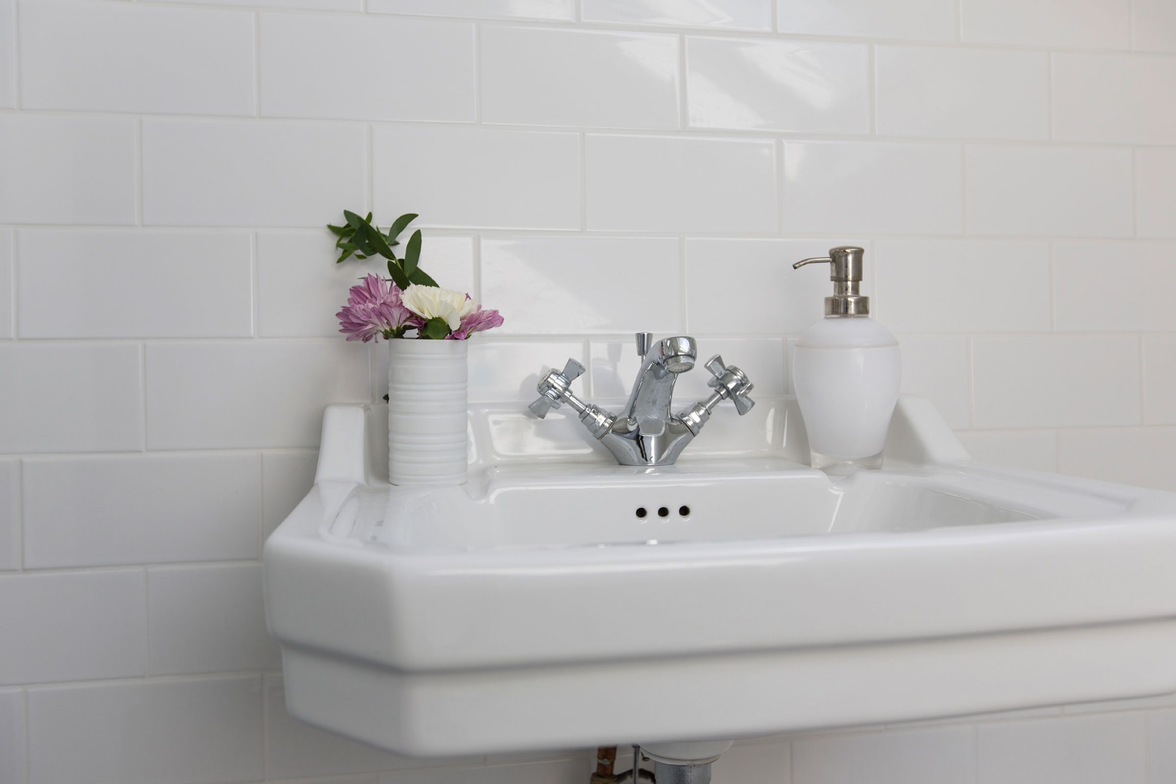 All your bathroom etiquette questions answered reader39s for Bathroom edicate