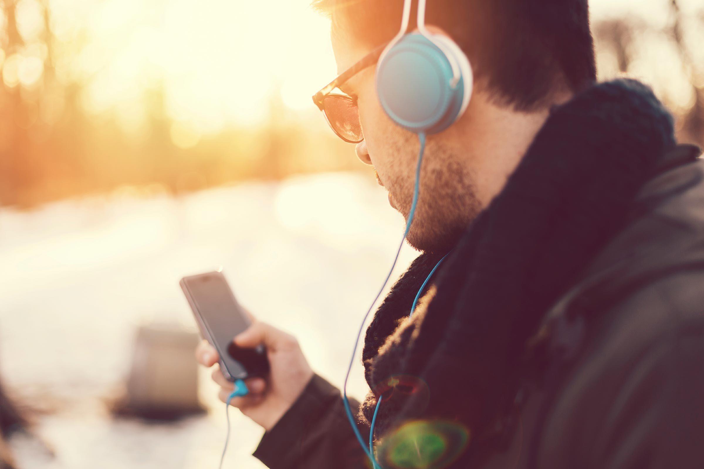 Pour une belle peau, utilisez des écouteurs pour parler au téléphone