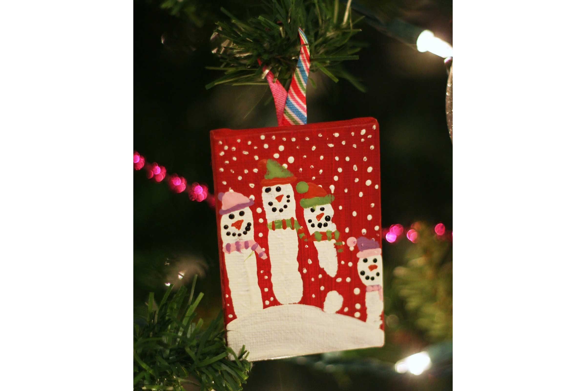 easy christmas ornaments for kids reader 39 s digest. Black Bedroom Furniture Sets. Home Design Ideas
