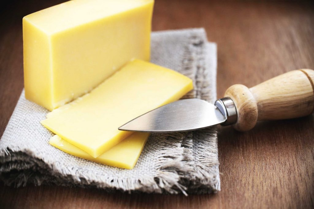 your_ultimate_guide_throwing_succesfuly_wine_cheese_party_knife_cheese