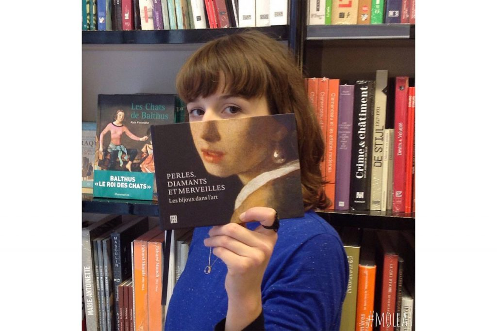 11-Here's-What-Happens-When-Bookstore-Employees-Get-Bored