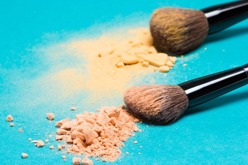 Mistakes-You're-Making-While-Putting-Makeup-on-at-Your-Desk