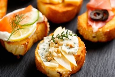 01-crostini-Easy-Mothers-Day-Brunch-Ideas-359952314-zi3000