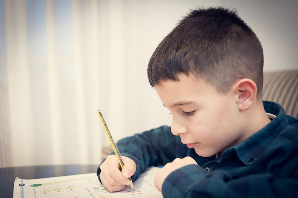 Juste parce qu'un enfant se mélange en écrivant, ne signifie pas qu'il est dyslexique