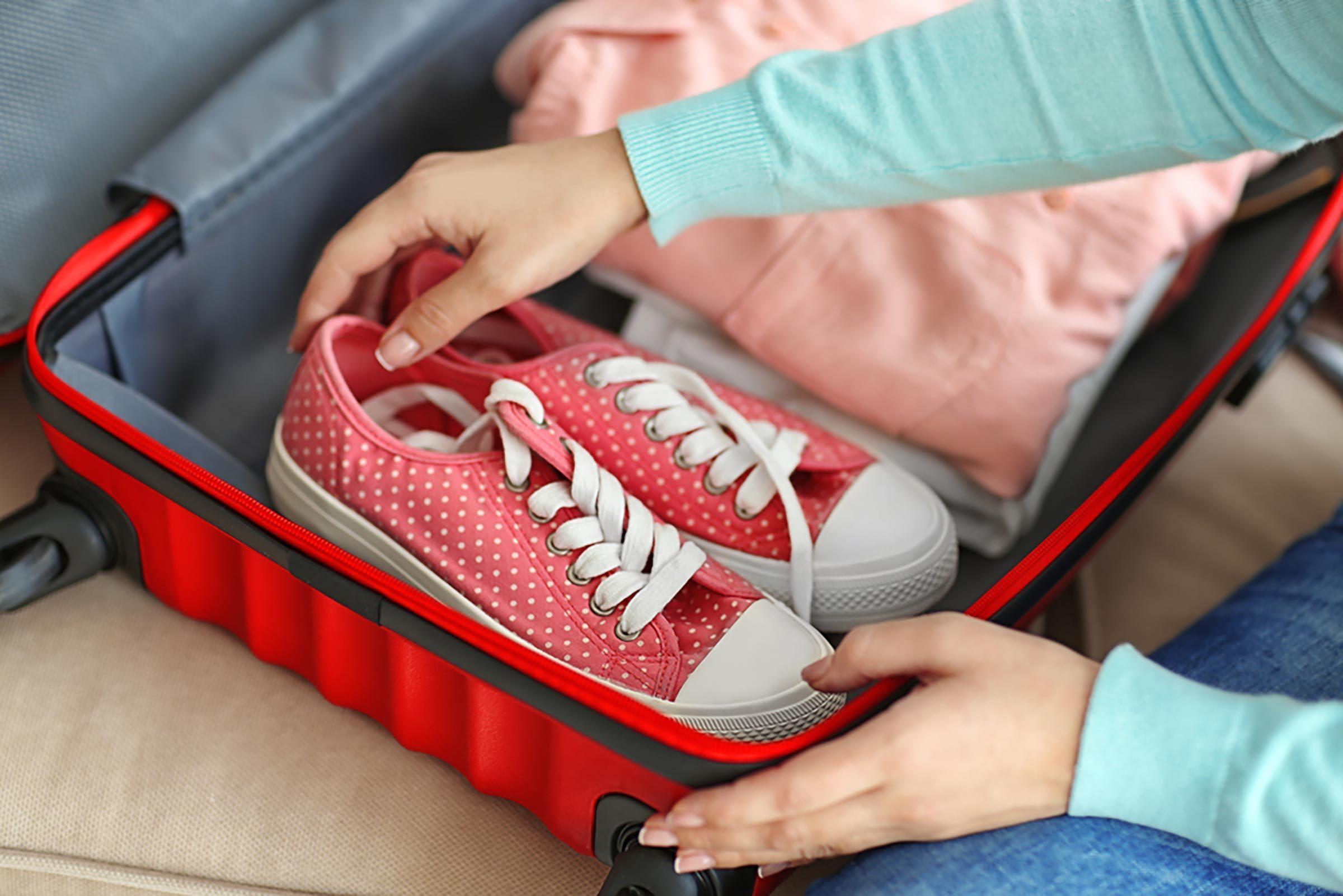 Voyage: mettre dans sa valise une paire de chaussures de marche
