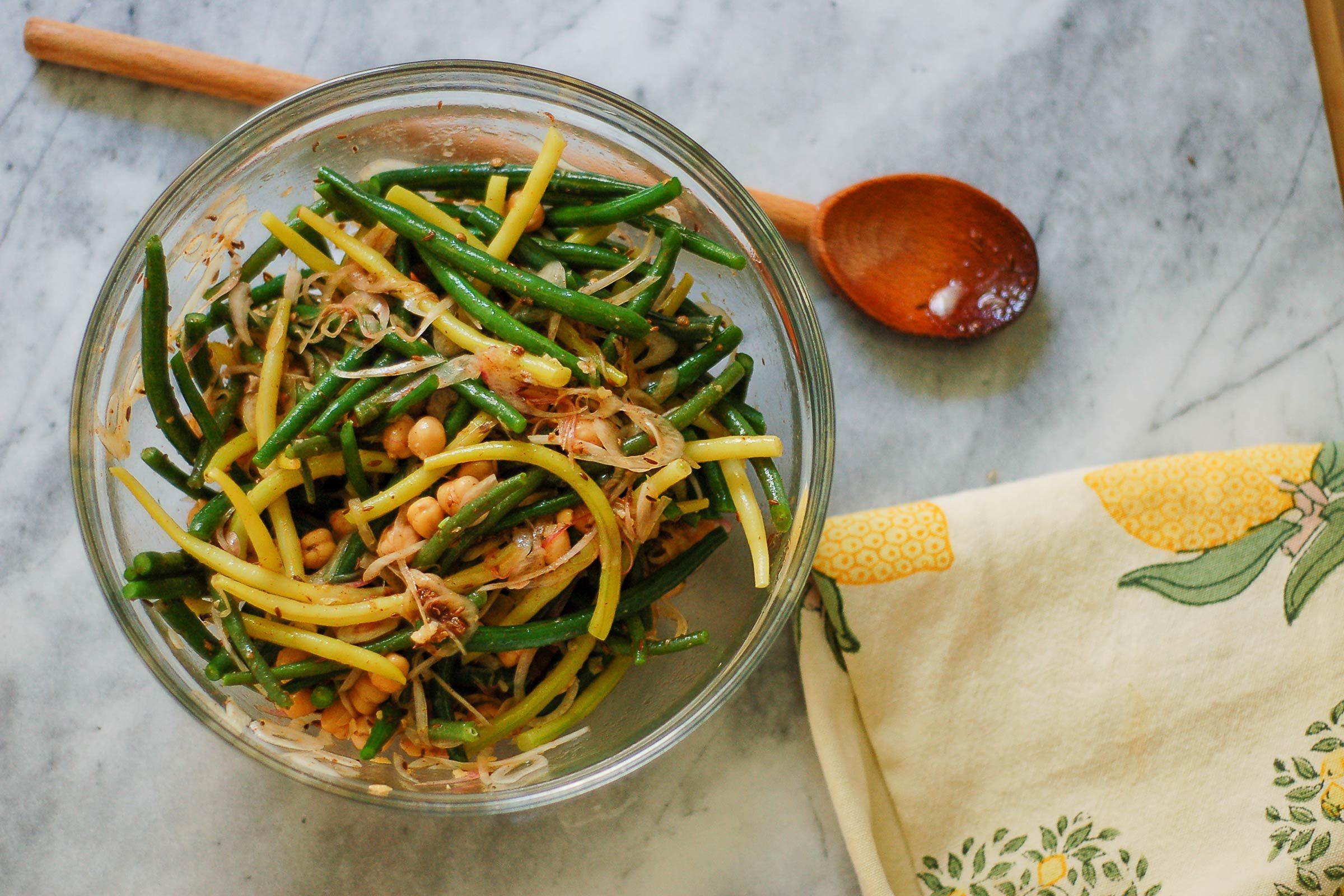 Idée de lunch santé la salade épicée de haricots d'été et de pois chiches