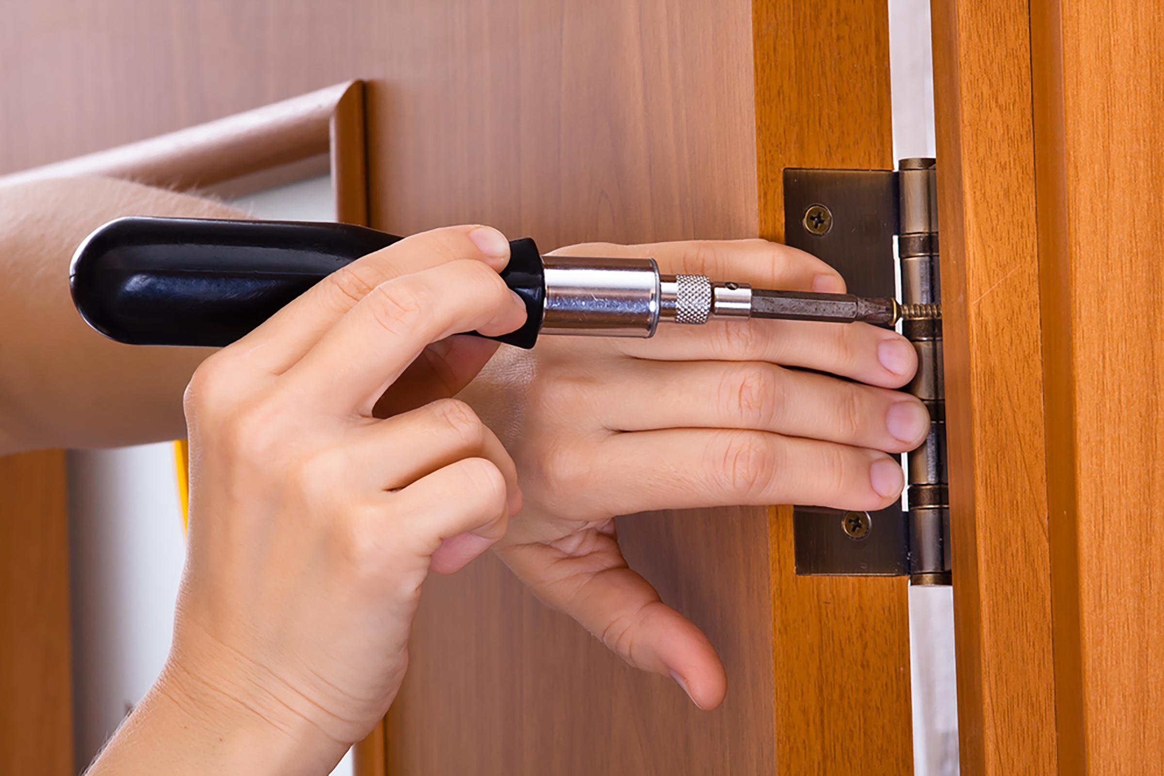 Bloquez les fuites d'air au niveau des portes à l'aide d'un tournevis