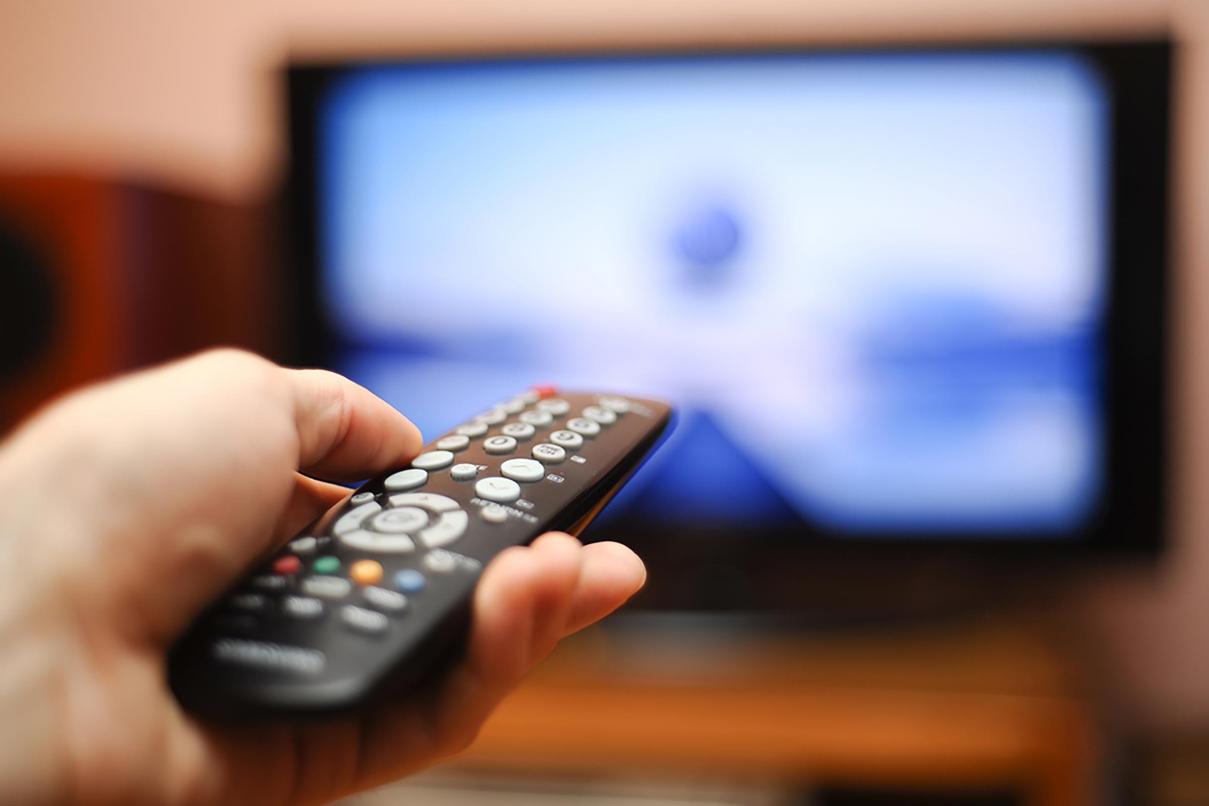 Fixez la télécommande de la télévision sous l'extrémité de la table du salon