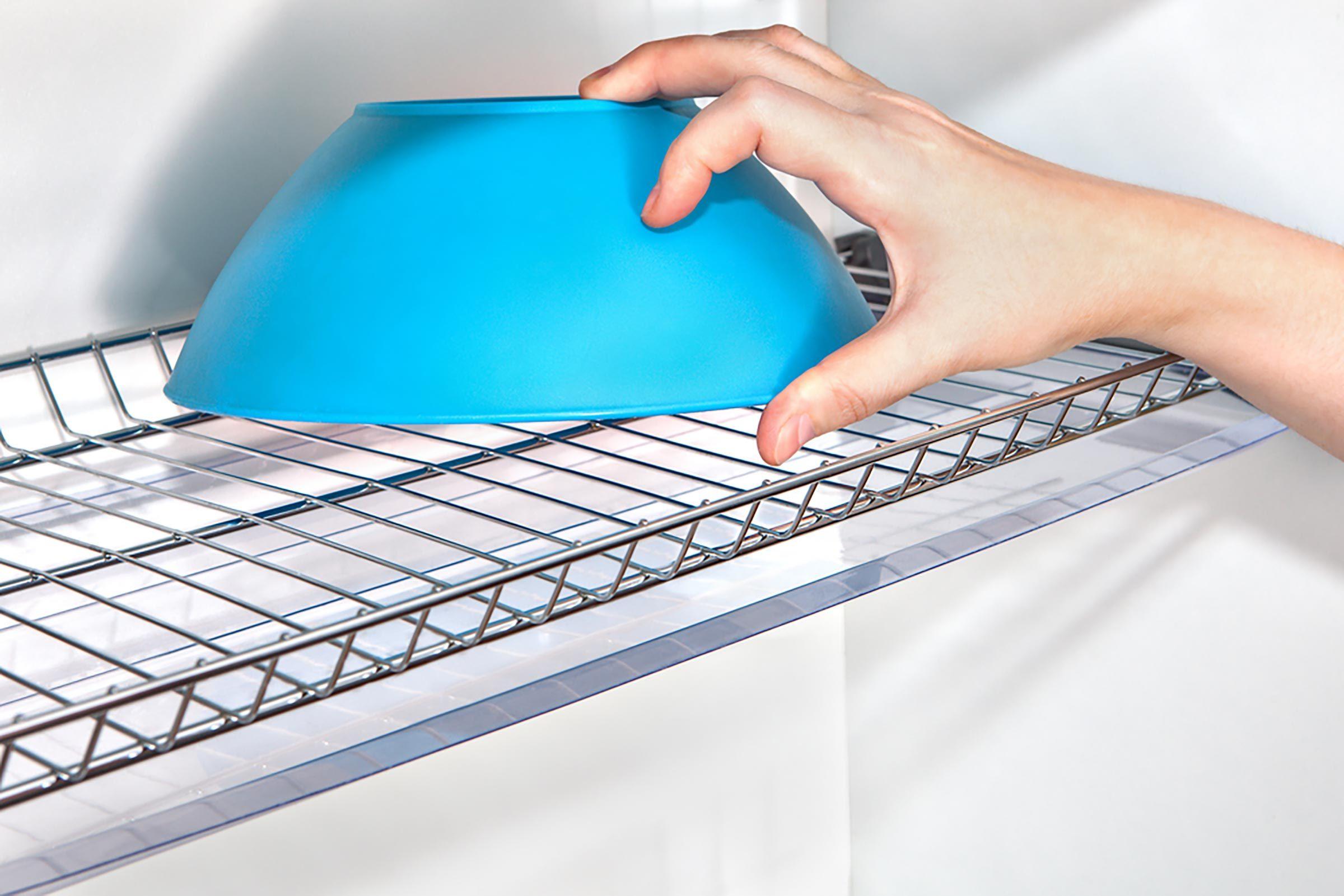 Montez des étagères en treillis métallique sur le côté des poutres pour une rangée de rangements faciles d'accès