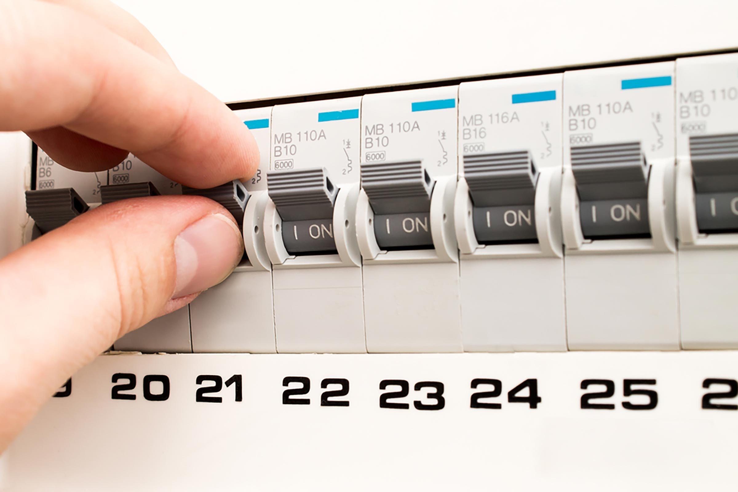 Un disjoncteur qui disjoncte sans arrêt pourrait indiquer une surcharge