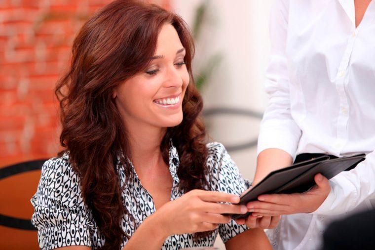54-women-Secrets-Your-Waiter-Won't-Tell-You_115059004-Phovoir