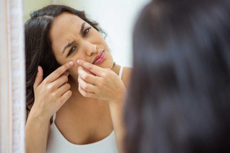 01-pop-pimple-Cosas-que-nunca-debe-hacer-a-su-piel, -Acordaje-a-dermatólogos_571028215-wavebreakmedia