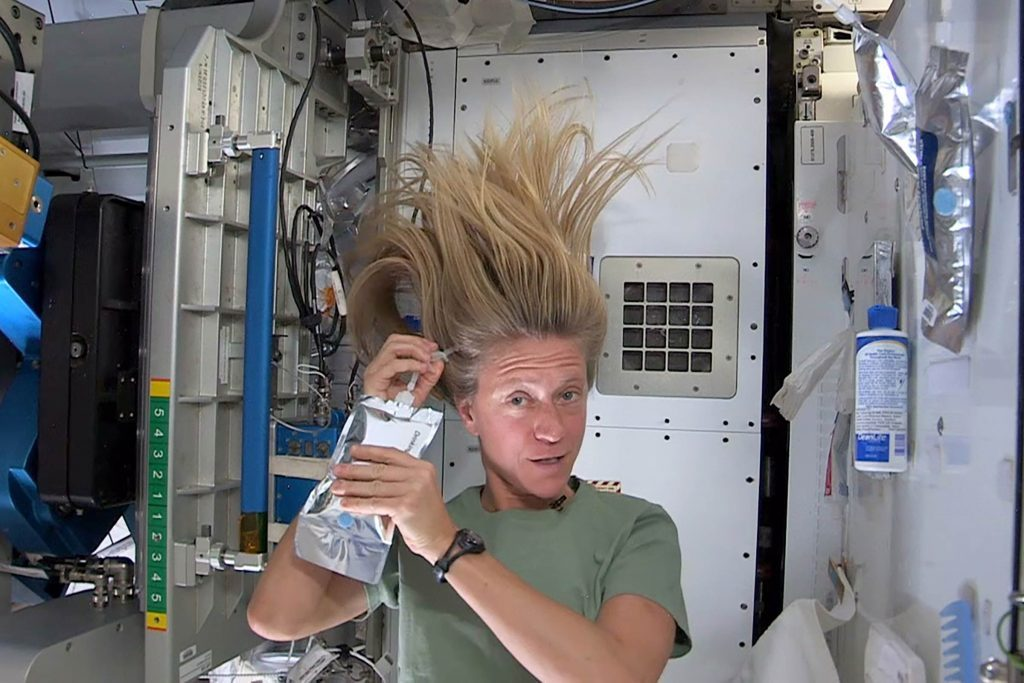 how do astronauts wash in space - photo #3
